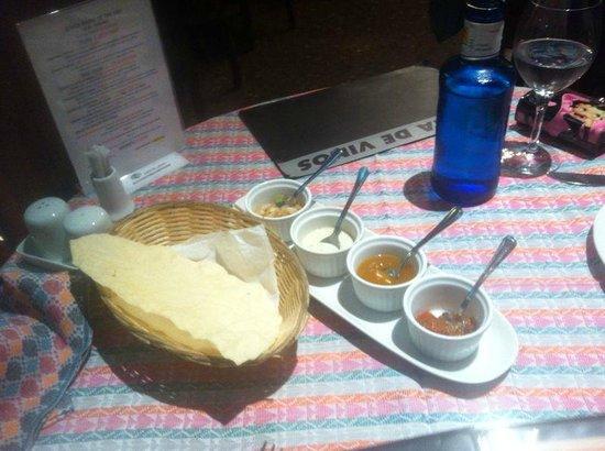 Gurkha Palace: pan tipico con 4 salsas (mango, menta, picante y verduras picadas)