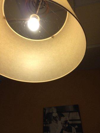 toile d 39 araign e et arraign e dans l 39 abat jour au dessus de la table picture of pizza del. Black Bedroom Furniture Sets. Home Design Ideas