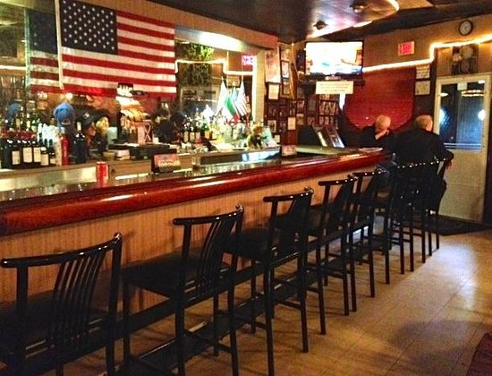 The Belmont Tavern: Have a drink before dinner at our bar.