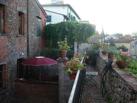Antica Casa Naldi: Blick von der Stadtmauer in den Hof