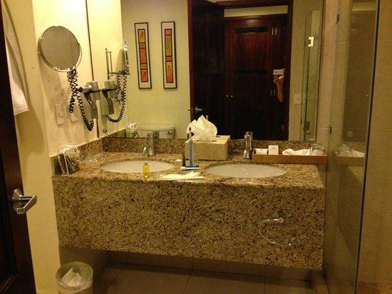 BlueBay Grand Esmeralda : Beautiful New Bathroom/Bldg 5