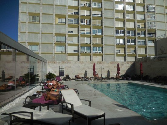 Sheraton Lisboa Hotel & Spa: Poolside in the afternoon, view of neighbouring highrise