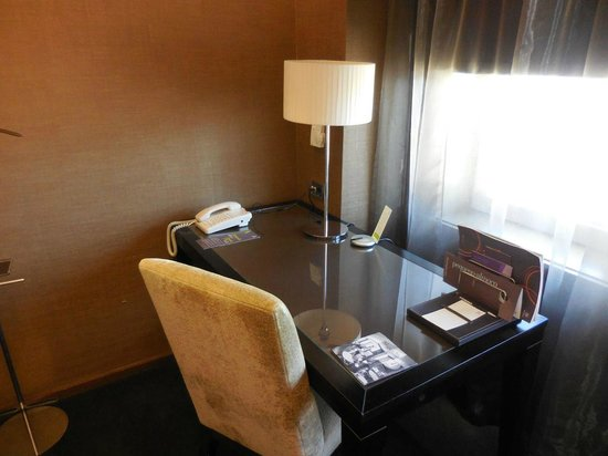 Sheraton Lisboa Hotel & Spa: Desk in room