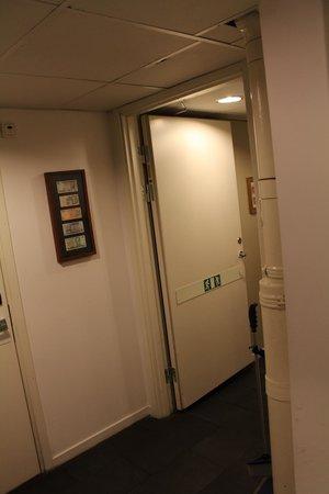 Skanstulls Hostel: hallway to room