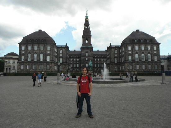 Schloss Christiansborg (Christiansborg Slot): Em frente