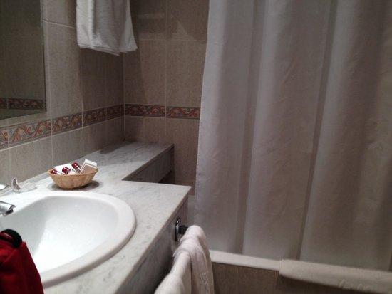 Husa Tuca Hotel: Baño
