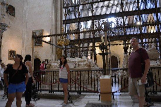 Cathedral and Royal Chapel (Capilla Real) : Estatuas de Isabel y Fernando yacientes sobre la cripta