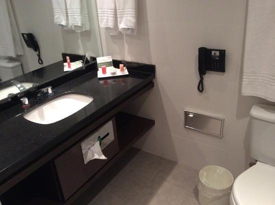 Hotel Deville Prime Porto Alegre: banheiro
