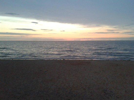 Westminster Hotel: Sun set on the beach