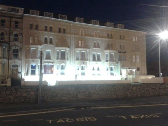 Westminster Hotel: Hotel at night