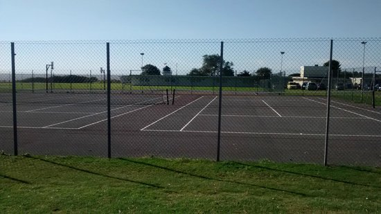 Pontins Pakefield Holiday Park: The tennis courts with the football/basketball area behind