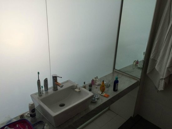 Own Palermo Hollywood: Bathroom: no mirror above the sink