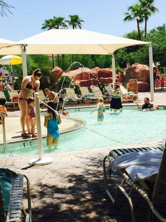 Arizona Grand Resort & Spa: cabana looking onto kiddie pool