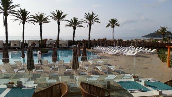 Hard Rock Hotel Ibiza: Pool morgens um 10.30 Uhr (alle Liegen frei :-)