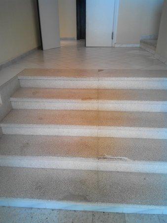Hotel Mediterranee Thalasso Golf : primi gradini pericolosi perchè rotti