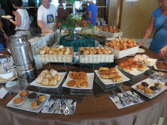Hotel Cascais Miragem: Breakfast bread and pastry spread