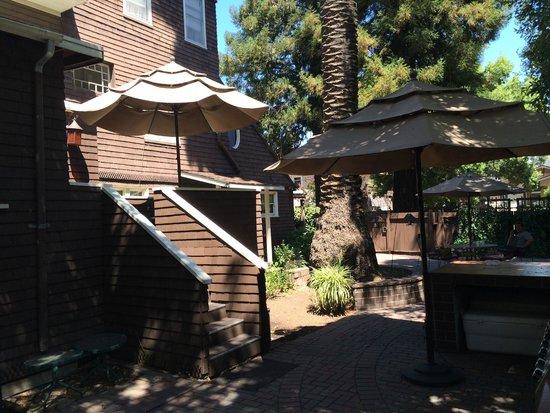 Cedar Gables Inn: backyard