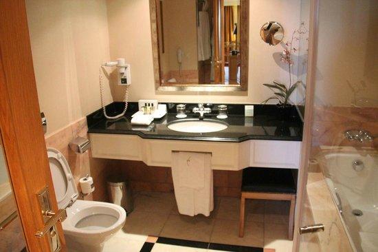 Hotel Cascais Miragem: Bathroom of superior room