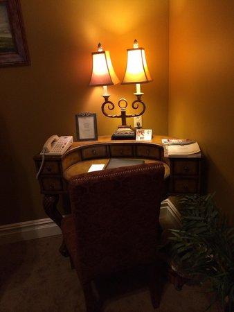 The Inn at Leola Village, Lancaster: Sitting/living room desk. Dark room