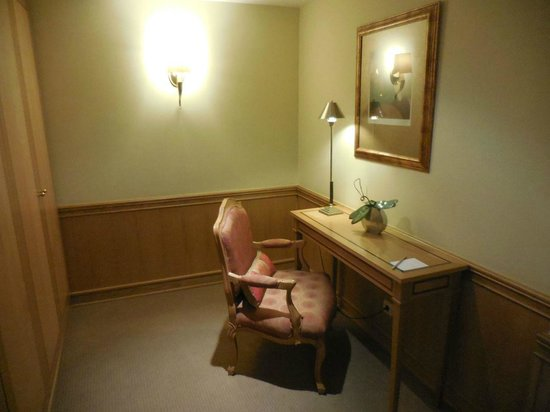 Hotel Cascais Miragem : Entrance of the Deluxe room (extra desk and cupboards)