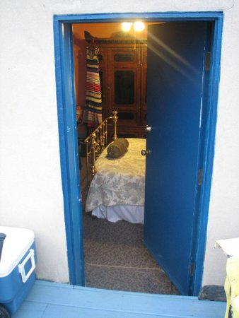 Philadelphia Bella Vista Bed and Breakfast: Looking in to room from deck.