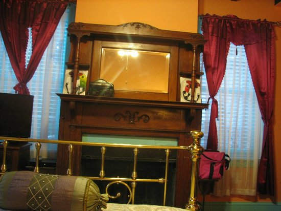 Philadelphia Bella Vista Bed and Breakfast : Fireplace