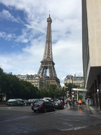 Mercure Paris Centre Eiffel Tower Hotel : just outside the entrance of the hotel