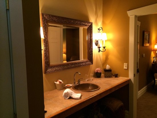The Inn at Leola Village: Outside bathroom