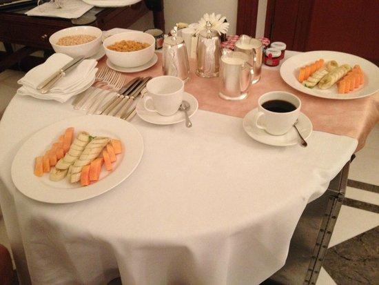 The Imperial Hotel: Mesa de café da manhã para quem precisa tomar antes das 6:00- vc escolhe o que quer comer