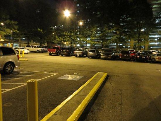 Hampton Inn & Suites Atlanta - Downtown : Small parking lot