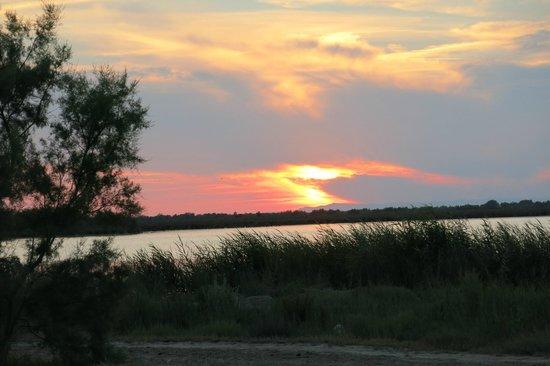 Les Palmiers : coucher de soleil : vue du parking de l'hotel