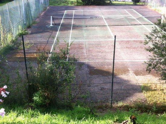 Domaine de Fompeyre : Terrain de tennis laissé à l'abandon