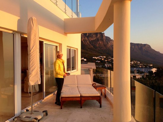 Atlantique Villa Camps Bay: Verandah off upstairs suite and dining area