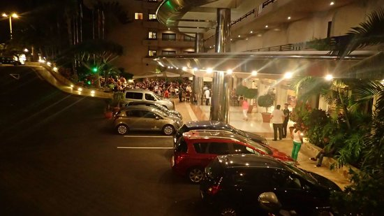 Fanabe Costa Sur Hotel: Entrance at night