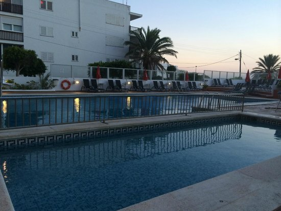 Abrat Hotel: The pool at night