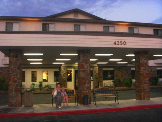 Super 8 Las Vegas Strip Area at Ellis Island Casino: Зона для высадки пассажиров