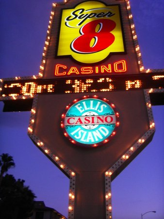 Super 8 Las Vegas Strip Area at Ellis Island Casino: Вывеску не проехать
