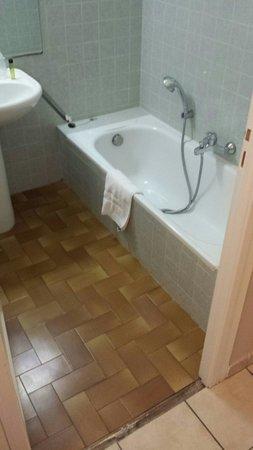 L'Ecurie du Castellas : Coin douche ... chambre 16