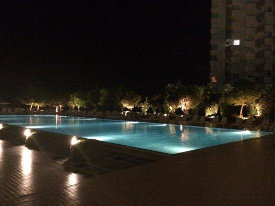 The Marmara Antalya: Piscina dell'hotel di sera