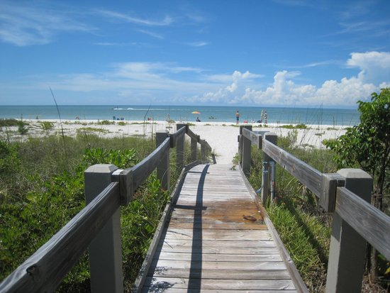 Hurricane House Resort: Walkway to beach