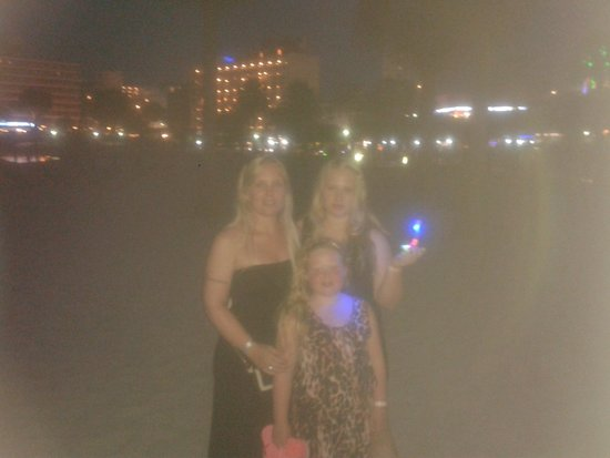 Alua Hawaii Mallorca & Suites: Gorgeous at night! !