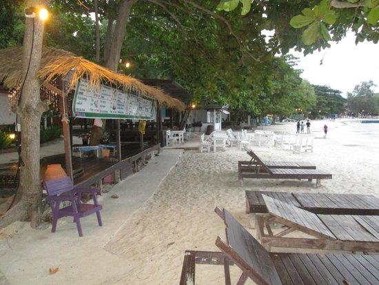 Vongdeuan Resort: aera in front of villas