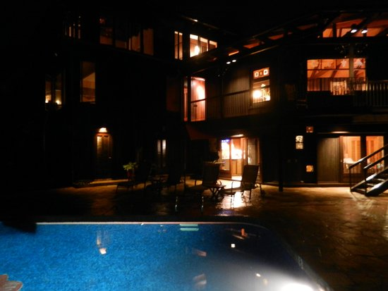 Holualoa Inn: The Inn at night
