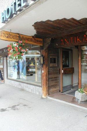 Hotel Antika: Entrance to the hotel