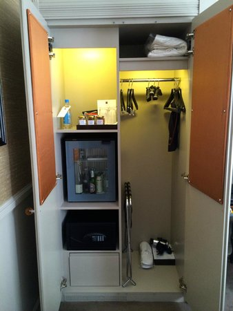 St. James's Hotel and Club : closet