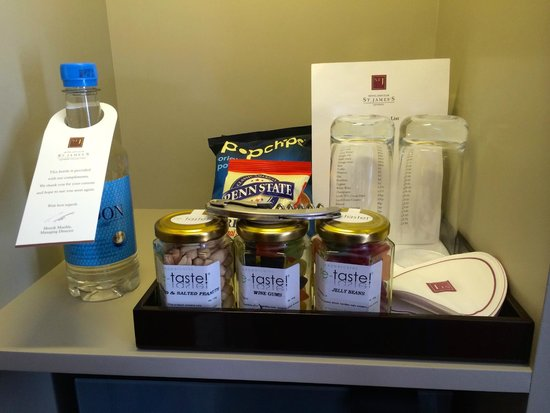St. James's Hotel and Club : mini bar and snacks