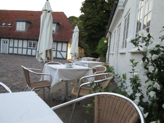 Best Western Hotel Knudsens Gaard : Outside eating and drinking area