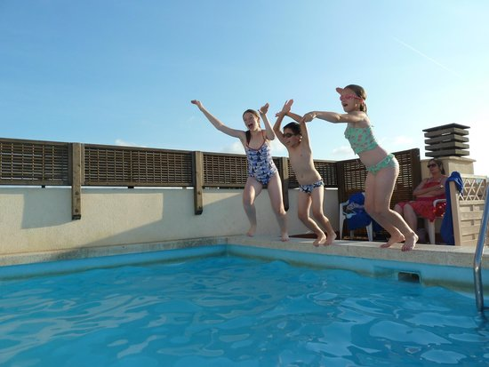 Aparthotel Bertran: Cooling down on the hotel's roof plunge pool