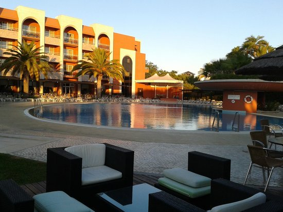 Falesia Hotel: Early evening at the pool bar