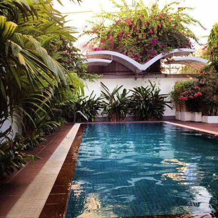 Skyline Boutique Hotel: Poolside